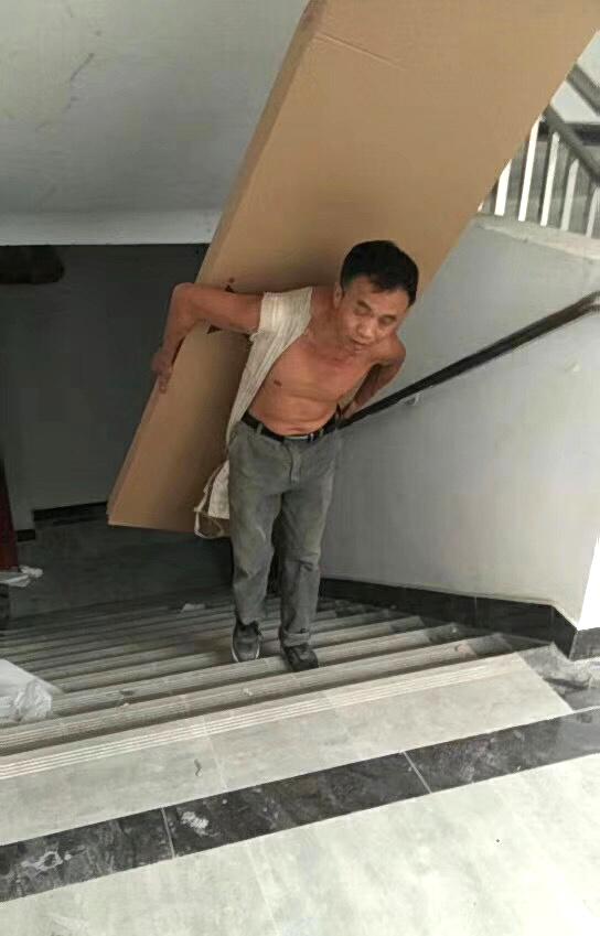 工人把家具背上楼