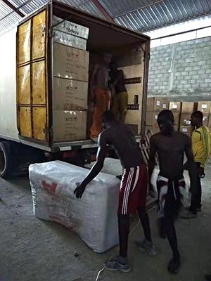 员工在搬运家具